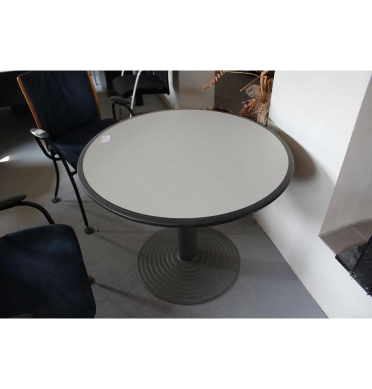 Kulatý zasedací stolek od Neoce