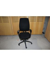 Koliesková kancelárska stolička v čiernej farbe