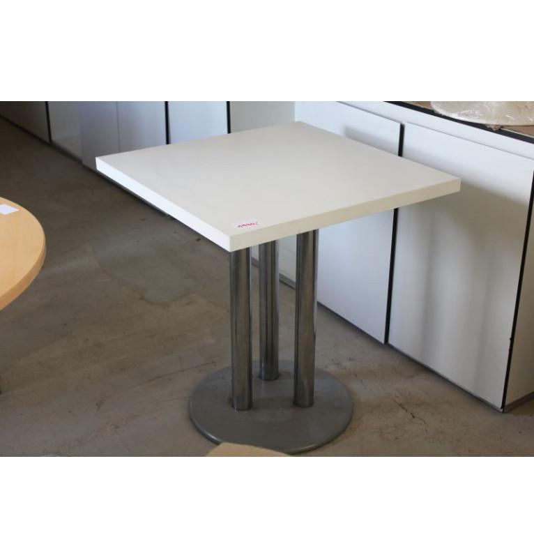 Malý přísedící stolek v bílé barvě