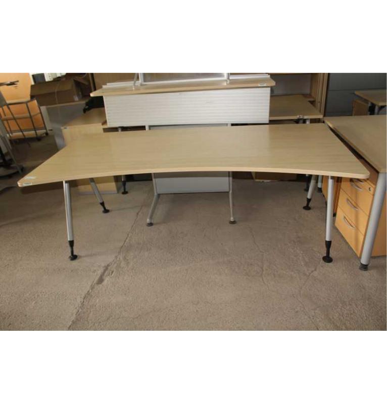 Velký kancelářský stůl od výrobce Steelcase