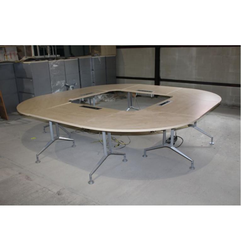 Velký jednací stůl ve tvaru čtverce