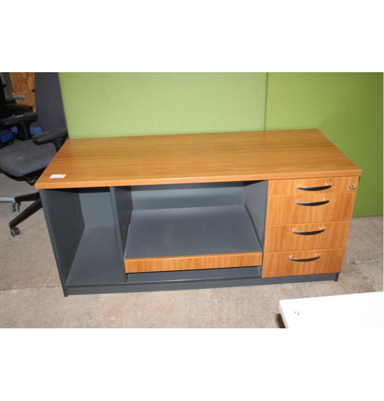Prodejní pult - pracovní stůl.