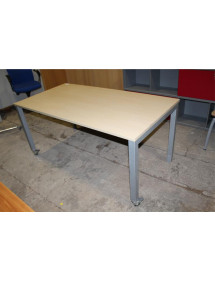 Kancelársky stôl na kolieskach.